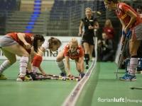 Sabine Knüpfer (li., Alster), Yasemin Zurke (mi., TSV Mannheim) und Glenn Fröschle (re., Alster) angefeuert durch Katharina Scholz (ganz rechts, Alster)