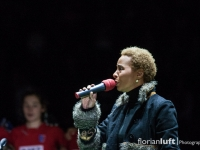 Jocelyn B. Smith singt die Deutsche Nationalhymne vor dem Damenfinale