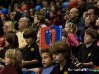 Hockeykinder vom Berliner SC unterstützen die Damen des Berliner HC