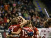 Natascha Keller, Lena Jacobi und Anke Grueneberg (v.l.n.r.) feiern dern Deutschen Meistertitel für BHC