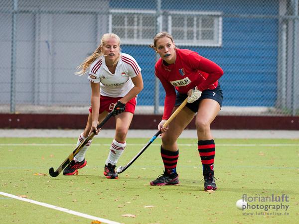 Szene aus dem Damen-Bundesligaspiel Berliner HC vs. Rot-Weiss Köln, das der Berliner HC mit 4:0 sicher gewonnen hat; Lena Arnold (li., RW Köln) und Kerstin Holm (re., Berliner HC)