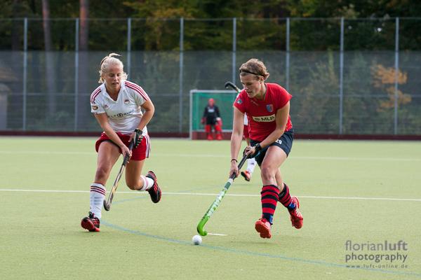 Szene aus dem Damen-Bundesligaspiel Berliner HC vs. Rot-Weiss Köln, das der Berliner HC mit 4:0 sicher gewonnen hat; Lena Arnold (li., RW Köln) und Katharina Otte (re., Berliner HC)