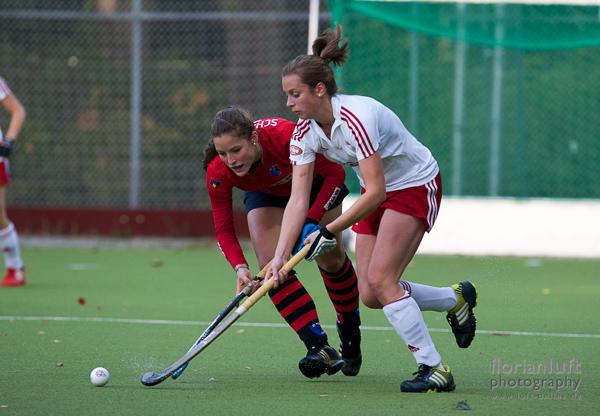 Szene aus dem Damen-Bundesligaspiel Berliner HC vs. Rot-Weiss Köln, das der Berliner HC mit 4:0 sicher gewonnen hat; Hanna Schniewind (li., BHC) und Janina Volk (re., RW Köln)