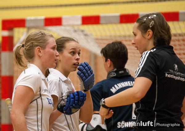 Mannheimer Spielerinnen diskutieren mit Schiedsrichterin Sandra Wagner