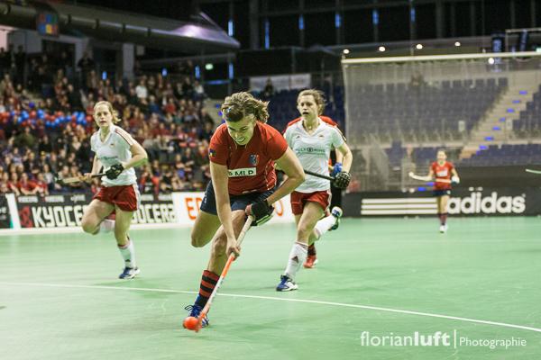 Szene aus dem Damen-Halbfinale Rot-Weiß Köln gegen den Berliner Hockey Club, welches der BHC 6:3 gewonnen hat. Das Finale findet am 10.02.2013 um 11.30 Uhr in der Berliner Max-Schmeling-Halle statt. Fahnenträgerin von London 2012 und Rekordnationalspielerin Natscha Keller (Berliner Hockey Club)