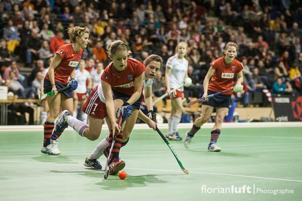 Szene aus dem Damen-Halbfinale Rot-Weiß Köln gegen den Berliner Hockey Club, welches der BHC 6:3 gewonnen hat. Das Finale findet am 10.02.2013 um 11.30 Uhr in der Berliner Max-Schmeling-Halle statt. Anke Grüneberg (vorne, Berliner HC) und Lea Stöckel (dahinter, Rot-Weiß Köln)