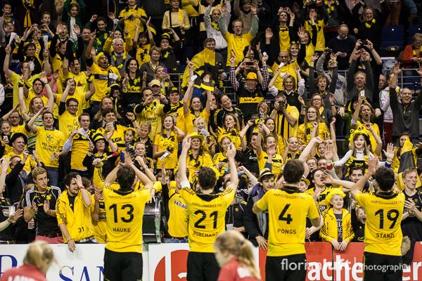 Szene aus dem Herren-Halbfinale Havestehuder THC gegen den Berliner HC, welches der HTHC 7:3 n.V. gewonnen hat. Das Finale findet am 10.02.2013 um 14.30 Uhr in der Berliner Max-Schmeling-Halle statt. Die Herren des HTHC lassen sich von ihren mitgereisten Fans feiern.