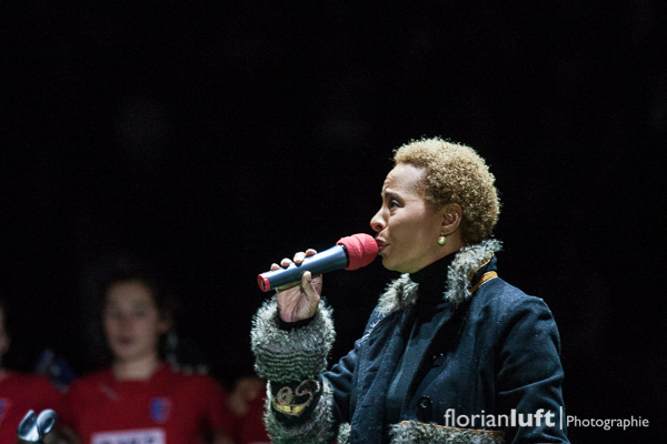 Jocelyn B. Smith singt die Deutsche Nationalhymne vor dem Damenfinale