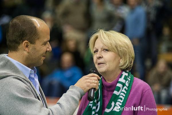 NRW-Ministerpräsidentin und Mülheim-Fan Hannelore Kraft im Interview in der Halbzeitpause des Finales