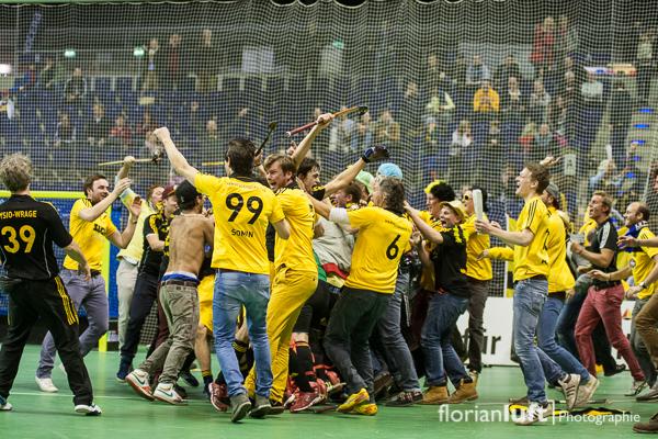 Siegerjubel bei den Herren von HTHC und ihren Fans nach dem Herren-Finale zwischen Harvestehuder THC und Uhlenhorst Mülheim, welches der HTHC in letzter Sekunde 6:5 gewonnen hat.
