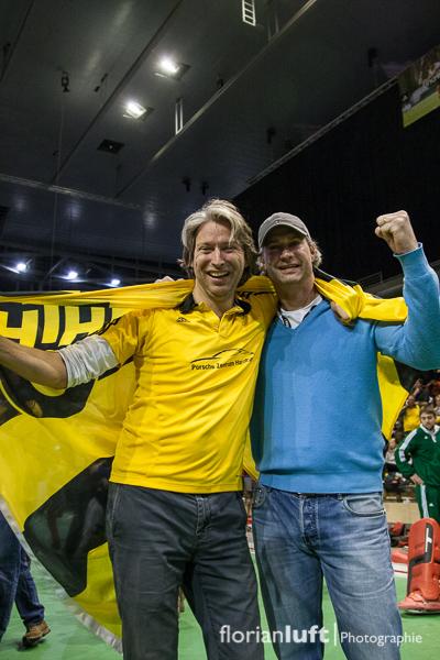 HTHC-Trainer Christoph Bechmann (rechts) mit Fan nach dem gewonnenen Finale um die Deutsche Meisterschaft 2013.