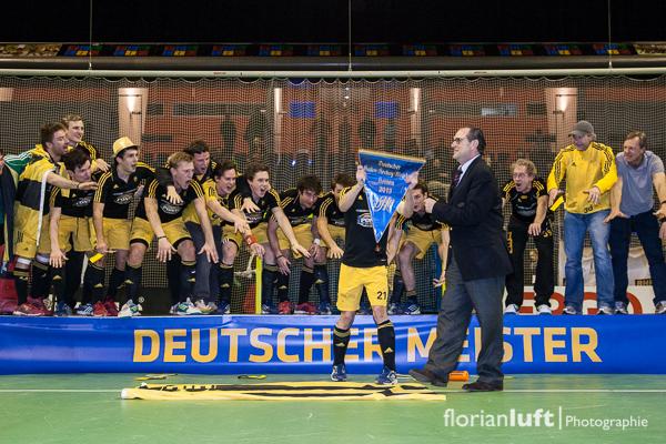 Deutscher Meister 2013 Harvestehuder THC mit Meisterwimpel, übergeben von DHB-Präsident Stephan Abel.