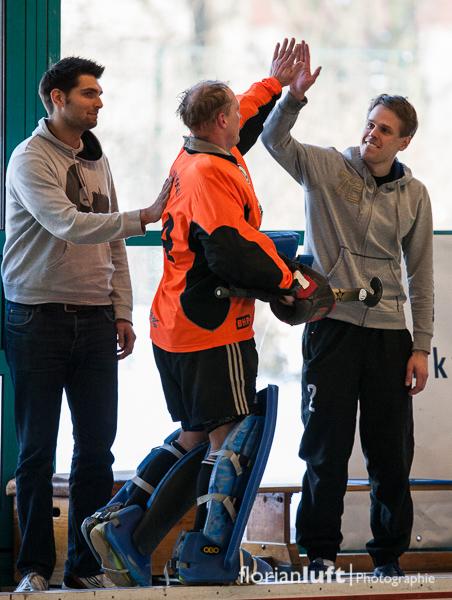 Markus Thiemich (mi.) wird von seinen Trainern Julian Gerschwitz (li.) und Dennis Gebhard (re., alle TuSLi) nach seiner endgültigen Auswechslung in seinem letzten Bundesligaspiel empfangen, nachdem er zuvor 17 Jahre das Tor der 1. Herren gehütet hat.