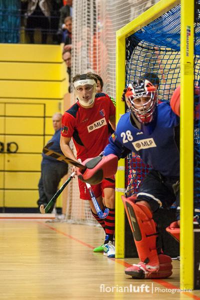 Der Berliner HC bei der Abwehr einer Strafecke im Viertelfinale am 01.02.2014 im Cole-Sports-Center in Zehlendorf.