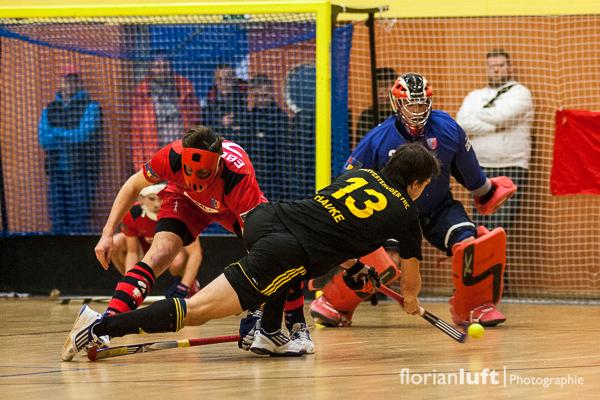 Tobias Hauke (Vordergrund, HTHC) gegen Anton Ebeling (li.) und Moritz Knobloch (re., beide BHC) am 01.02.2014 im Viertelfinale im Berliner Cole-Sports-Center