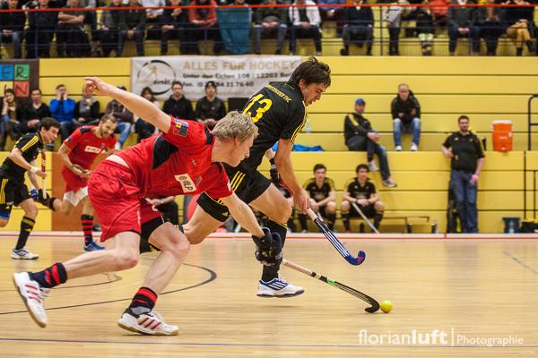 Jonas Diesing (li., BHC) nimmt Tobias Hauke (re. HTC) den Ball im Viertelfinale am 01.02.2014 im Berliner Cole-Sports-Center ab.