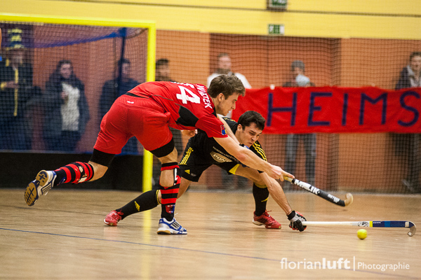 Benedikt Swiatek (li., BHC) gegen Benjamin Stanzl (hi., HTHC) am 01.02.2014 im Viertelfinale im Cole-Sports-Center in Zehlendorf.