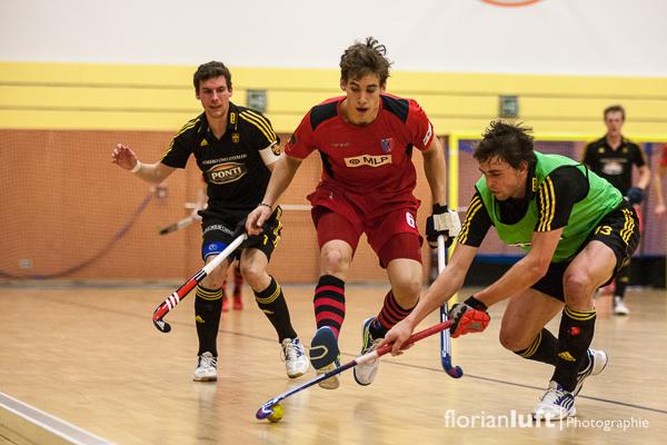 Tobias Hauke (re., HTHC) wird von Jonas Gomoll (mi., BHC) im Viertelfinale am 01.02.2014 in Berlin attackiert.