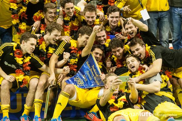Der Herren des neuen Deutschen Meisters im Hallenhockey 2015 vom Harvestehuder THC schießen ein Selfie für ihre Fans.